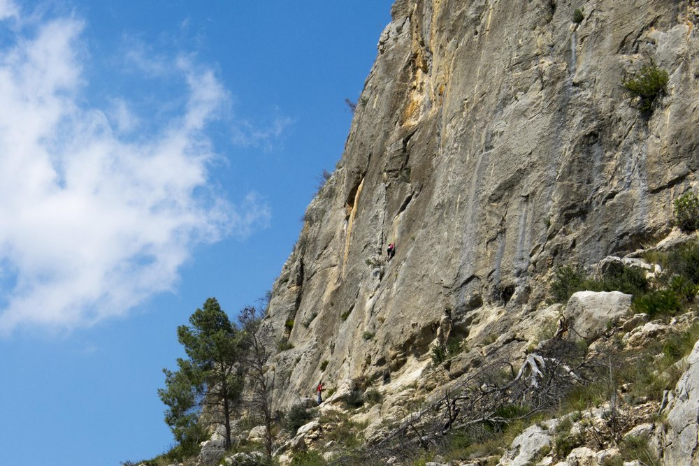 A climber on the first pitch of the excellent 6a+ Pesadilla de un Borracho , 182 kb