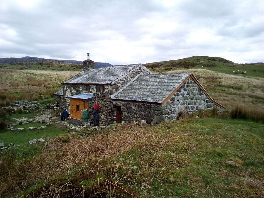 Cae Amos looks like quite some pad, by bothy standards, 141 kb