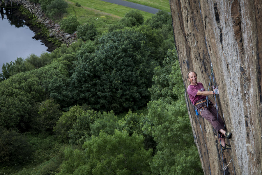 Iain Small hanging around and looking relaxed on Requiem E8 6c, 158 kb
