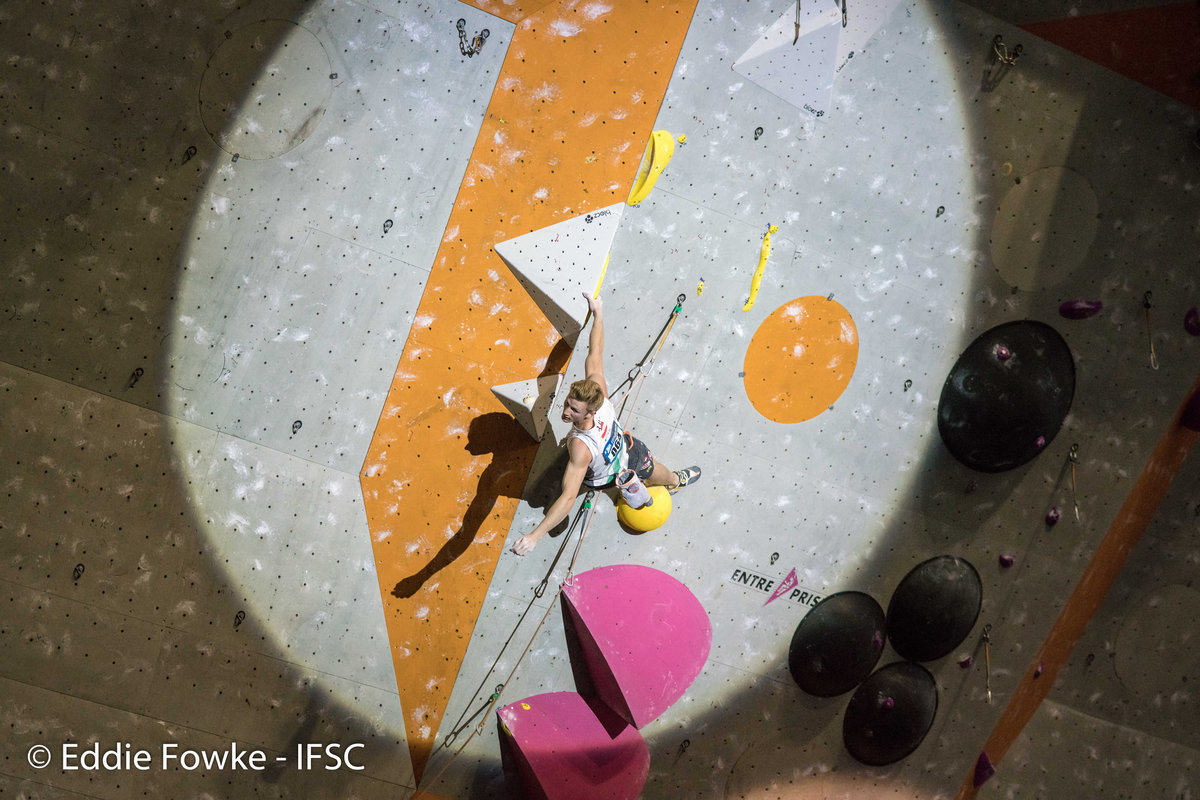 Jakob Schubert relaxes mid-route, 206 kb